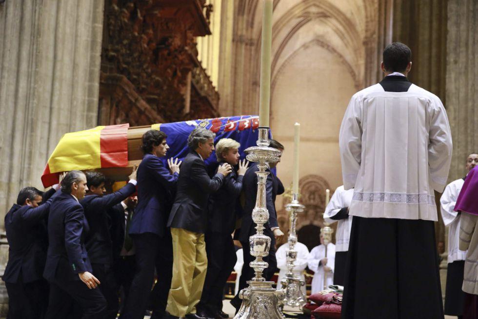 El féretro con los restos mortales de la duquesa de Alba portado por sus nietos a su llegada al altar de la catedral de Sevilla para el funeral