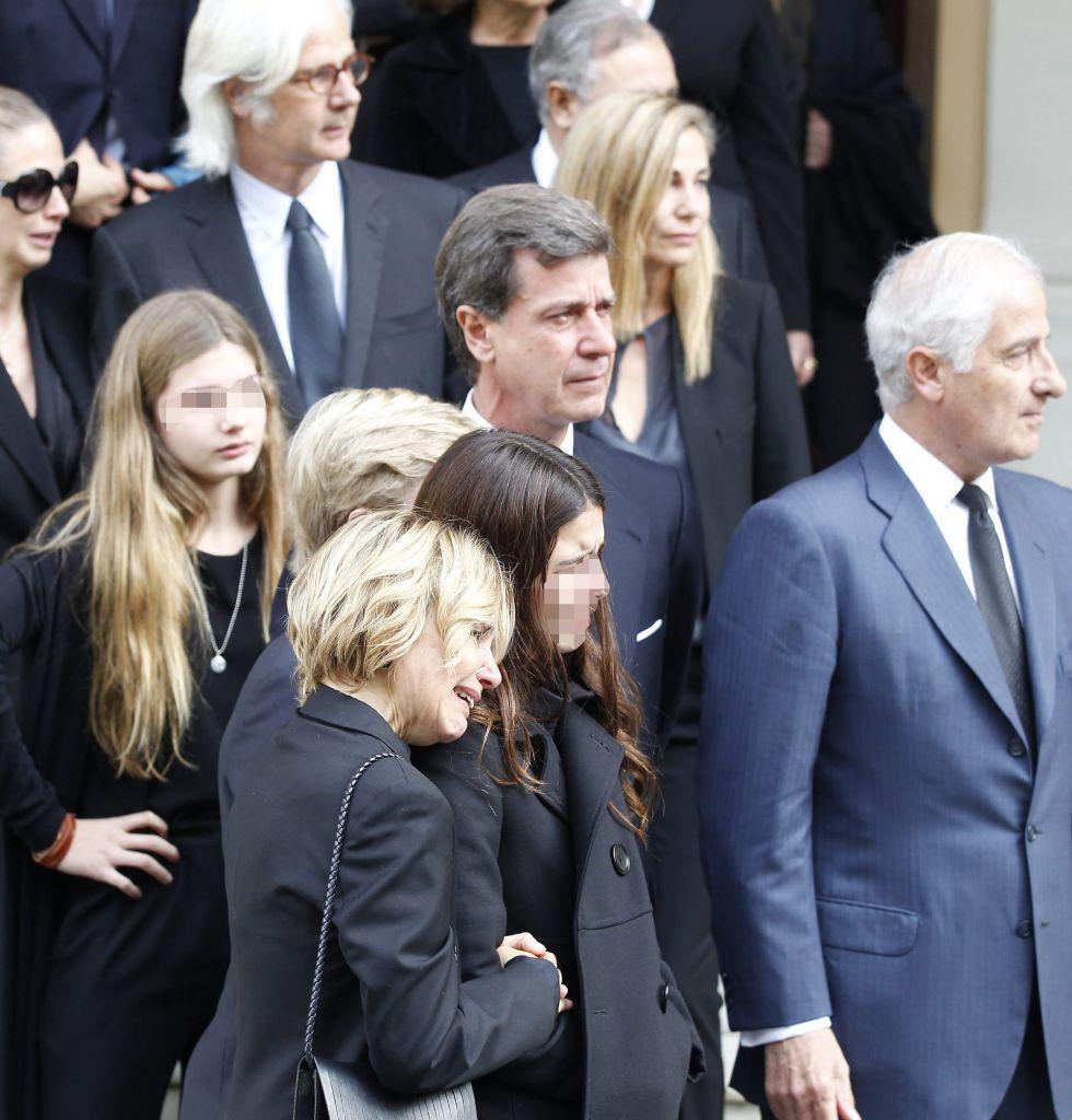 La hija de la duquesa de Alba, Eugenia Martínez de Irujo (i), junto a su hija Cayetana y el resto de sus hermanos, camina detrás del féretro