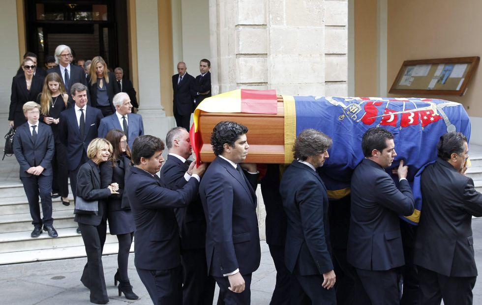 Los hijos, nietos y demás familiares de la duquesa de Alba, caminan detrás del féretro con los restos mortales