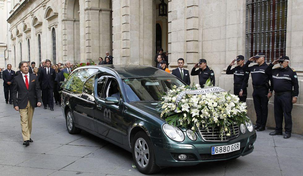 El coche fúnebre que lleva el féretro con los restos mortales de Cayetana Fitz-James Stuart y Silva, XVIII duquesa de Alba, se dirige a la catedral de Sevilla