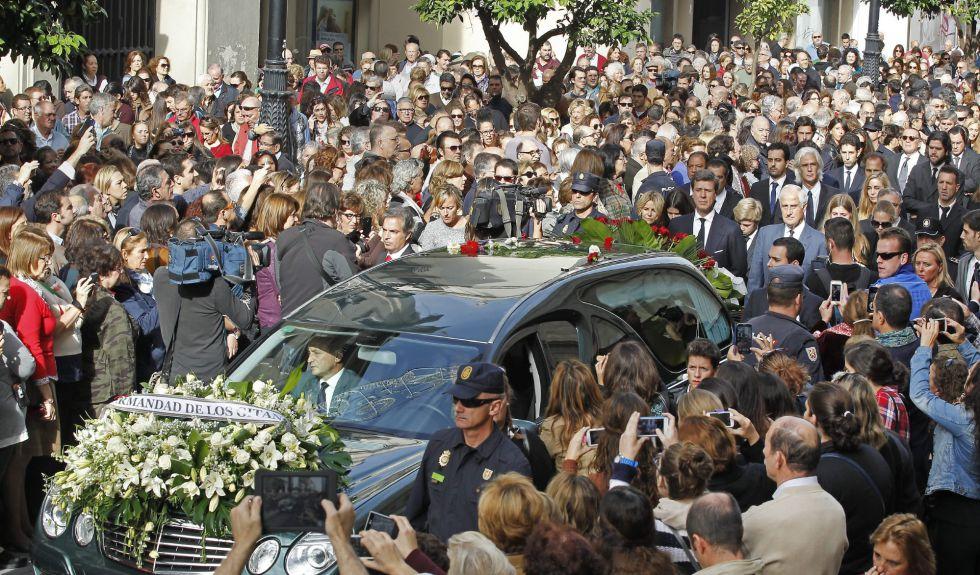 El coche fúnebre que lleva el féretro con los restos mortales de la duquesa de Alba, seguido de los hijos, nietos y demás familiares
