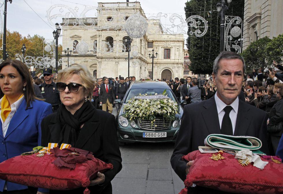 Camino a la catedral de Sevilla donde el arzobispo emérito de Sevilla, cardenal Carlos Amigo Vallejo presidirá el funeral de la duquesa de Alba