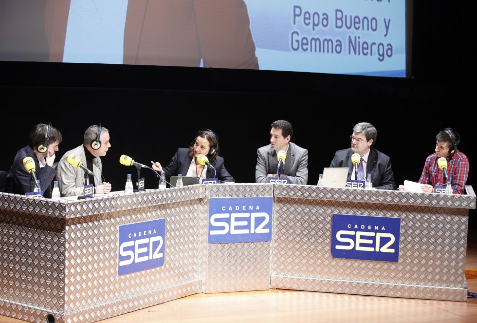 Pepa Buena modera una mesa redonda sobre empleo juvenil con Luis Cañada Vicinay, presidente de Novia Salcedo, el economista Josu Ferreiro y el consejero de empleo y asuntos sociales, Juan María Aburto