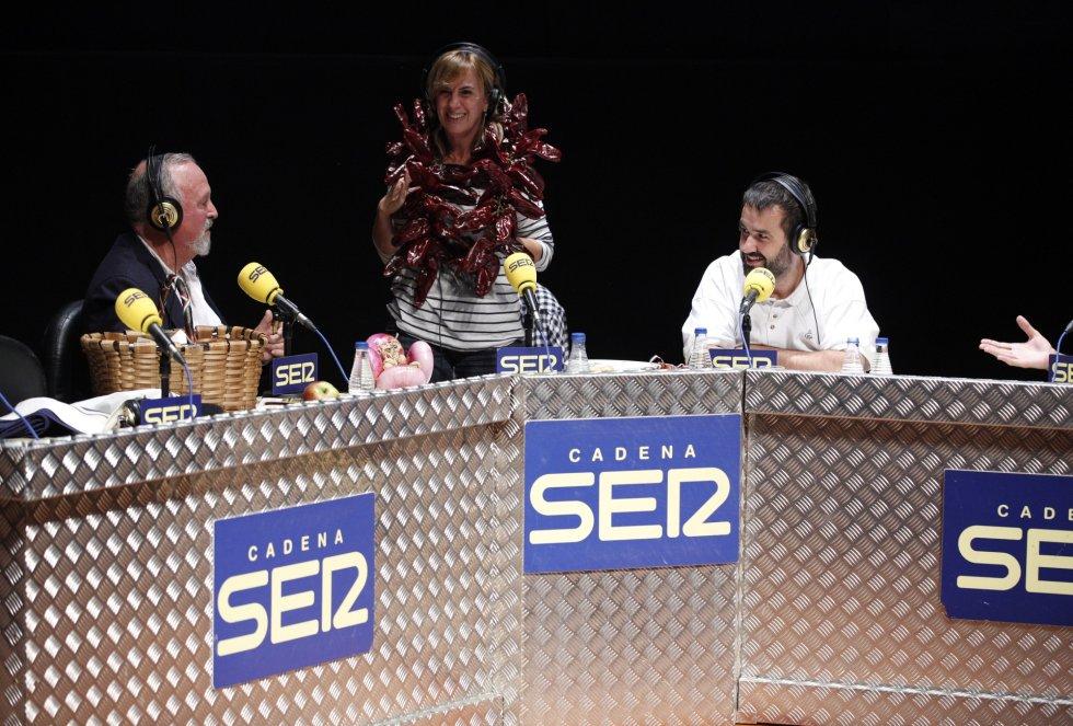 Gemma Nierga se coloca sobre los hombros la ristra de pimientos choriceros que le ha regalado Kepa Freire en el 'Hoy por Hoy' realizado en Bilbao con motivo del Foro de Empleo juvenil