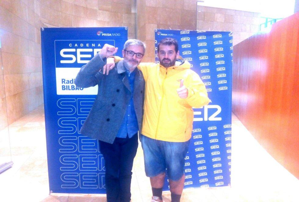 Mikel Iturriaga y David de Jorge posan juntos a la entrada del auditorio del Guggenheim, donde se ha realizado el 'Hoy por Hoy' con motivo del Foro internacional de empleo juvenil