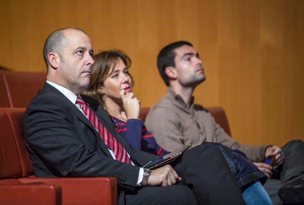 El concejal bilbaino de euskera, juventud y deporte, Sabin Anuzita, sigue el programa atentamente