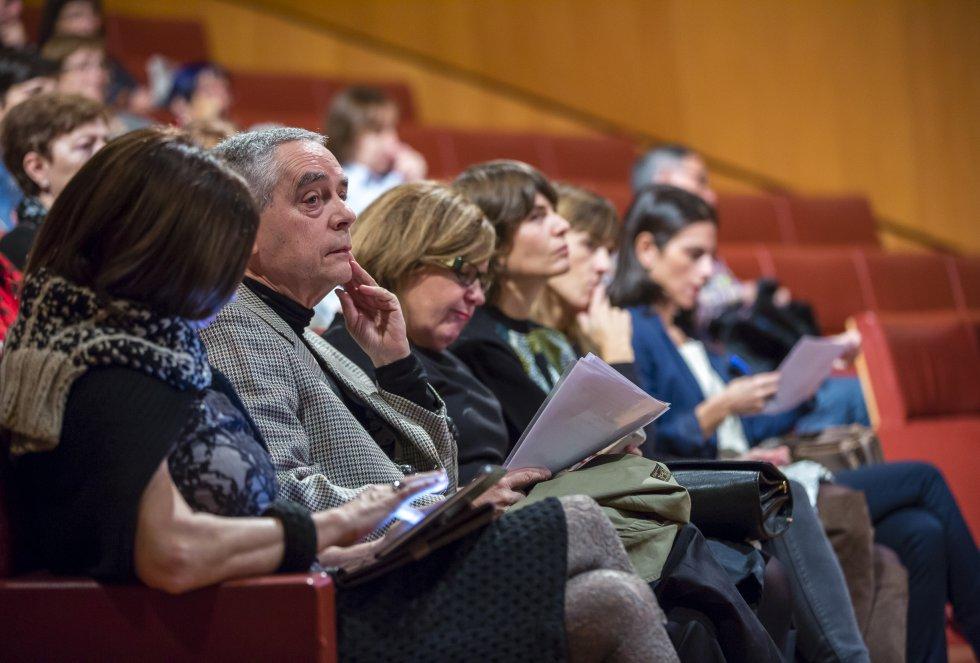 Los responsables de la Fundación Novia Salcedo, Luis Cañada Vicinay y Begoña Etxebarria, entre el público del 'Hoy por Hoy' dedicado al foro internacional de empleo juvenil
