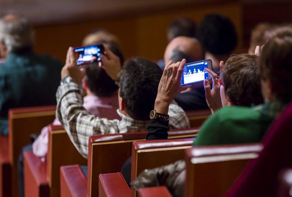 El público asistente inmortaliza con sus móviles los mejopres momentos del programa