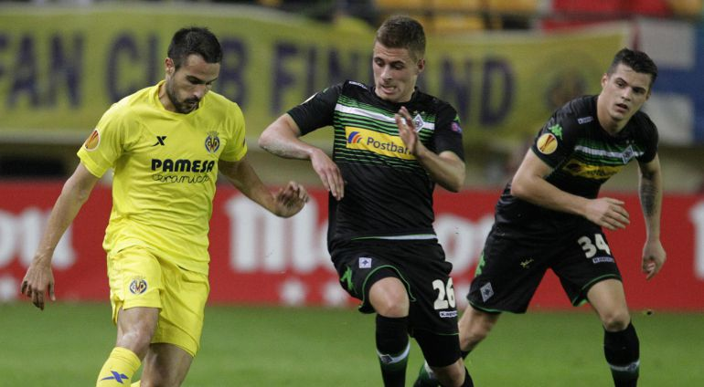 Borussia Monchengladbach's Thorgan Hazard (C) and Villarreal's Mario Gaspar (L) fight for the ball as Granit Xhaka watches during their Europa League soccer match at the Madrigal stadium in Villarreal, November 27, 2014. REUTERS/Heino Kalis (SPAIN - Tags: SPORT SOCCER)