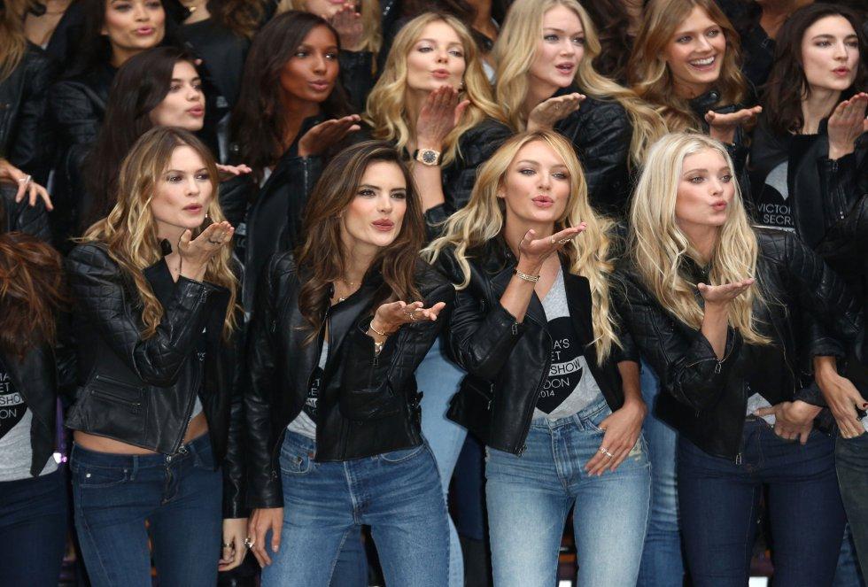 Alessandra Ambrosio, Candice Swanepoel y Elsa Hosk lanzan besos desde el 'photocall'.