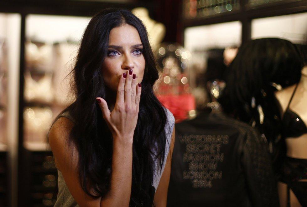 Beso de la modelo brasileña Adriana Lima.