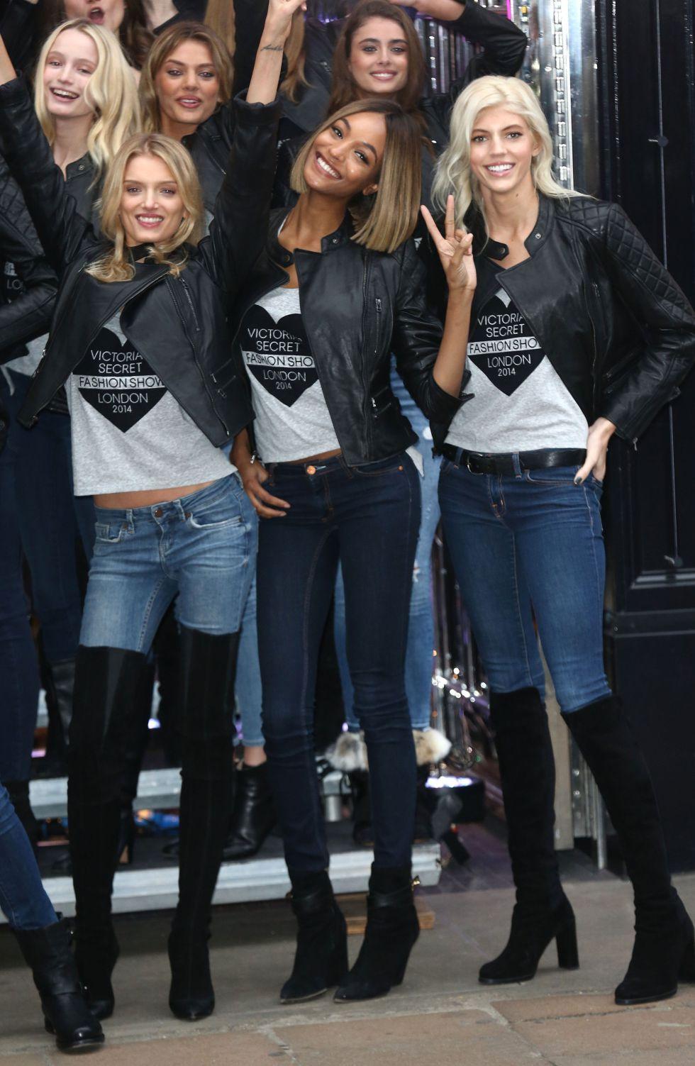 Lily Donaldson (L) y Jourdan Dunn (C) posan en el 'photocall' de Victoria's Secret en Londres, que acogerá por primera vez el gran desfile organizado por la firma de lencería.