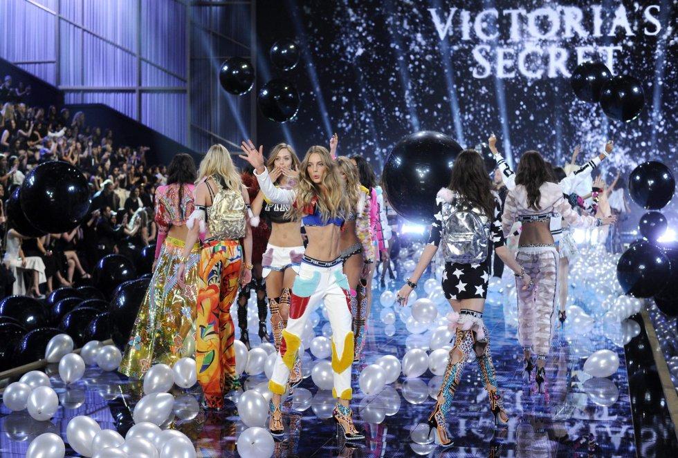 Modelos desfilan por la pasarela durante el evento de moda en Londres