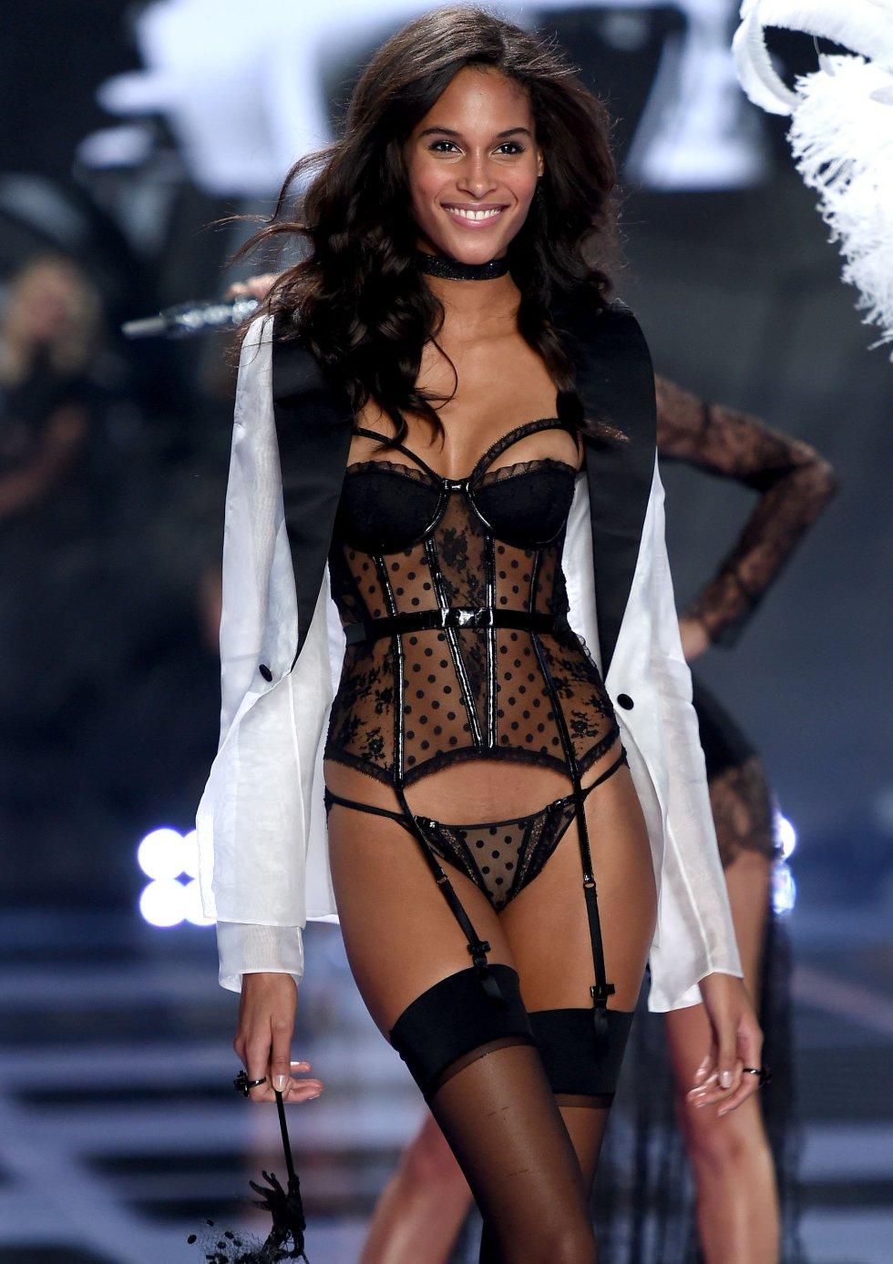 La modelo Cindy Bruna desfila por la pasarela