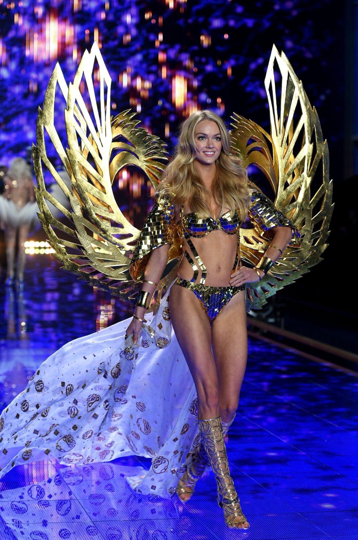 La modelo Lindsay Ellingson desfila por la pasarela