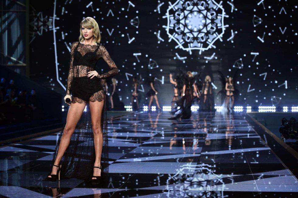 La cantante americana Taylor Swift actúa durante el desfile