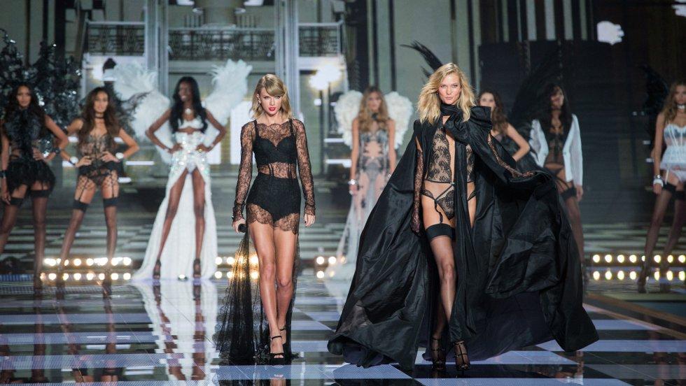 Karlie Kloss desfila ante la cantante Taylor Swift