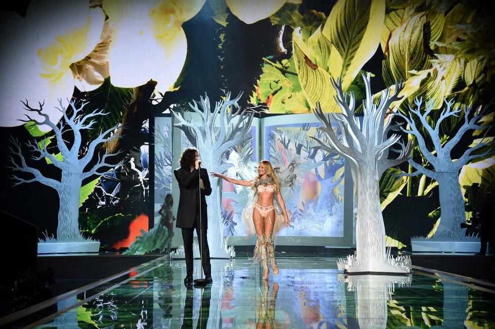 La modelo Candice Swanepoel desfila junto al cantante Hozier
