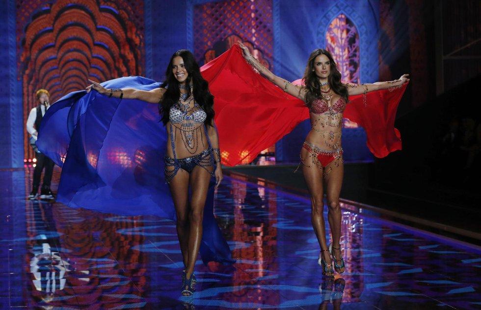 Las modelos Adriana Lima y Alessandra Ambrosio presentan creaciones de la firma de lencería