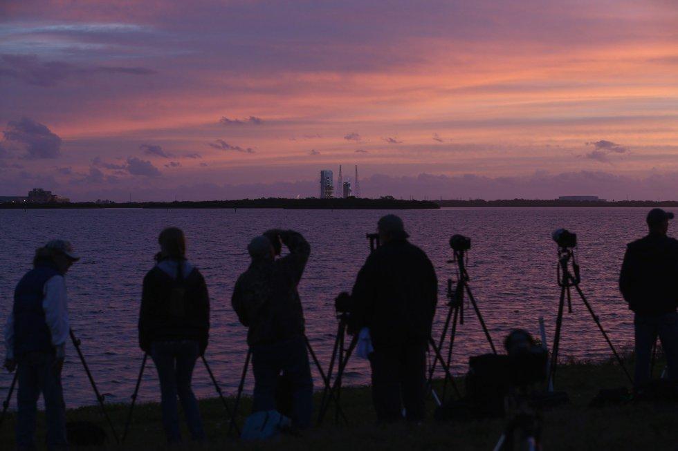 Varios fotógrafos, en sus posiciones para retratar el lanzamiento de la cápsula Orion de la Nasa