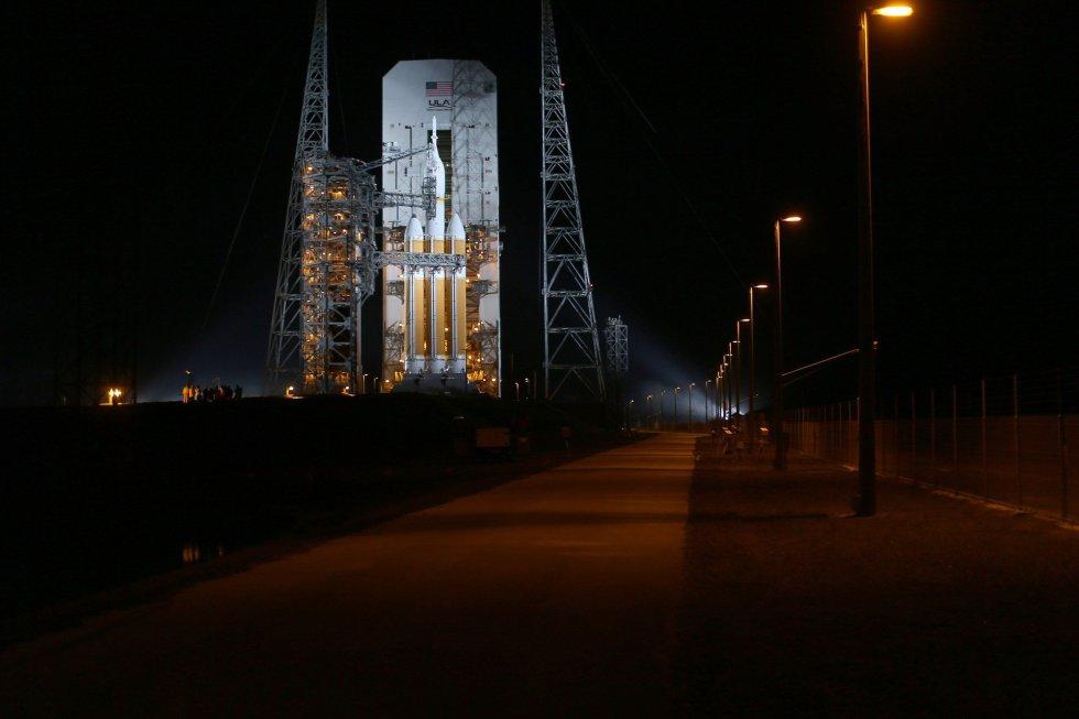 El cohete Delta IV, que contiene la cápsula Orion, en la plataforma de despegue de la Nasa en Cabo Cañaveral
