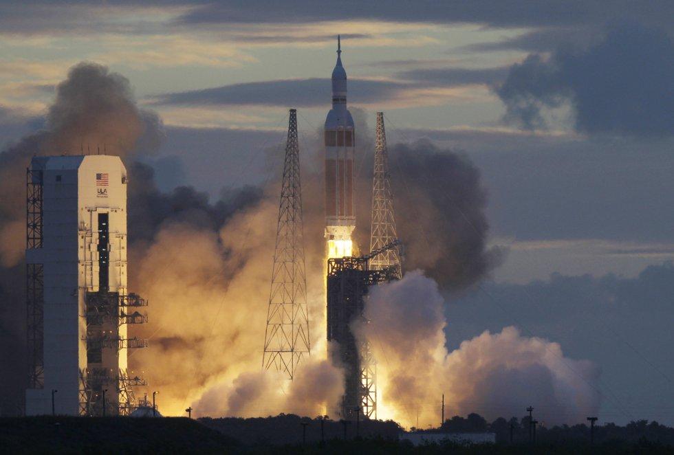 Momento del despegue del cohete Delta IV, que contiene la cápsula Orion de la Nasa