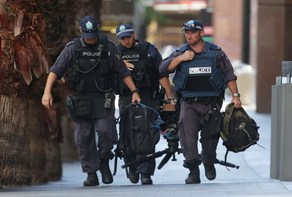 Movimientos en los alrededores de la cafetería donde se ha producido el secuestro.