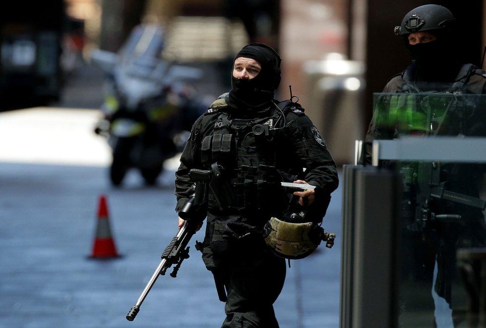 Un policía armado aguarda órdenes.