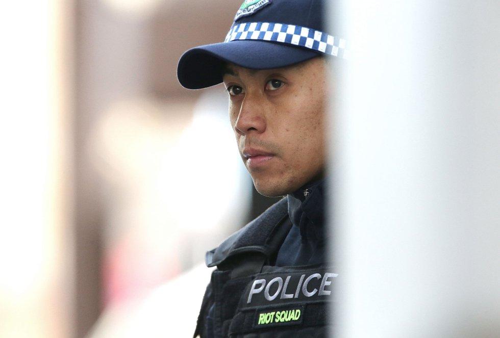 Un policía observa la situación.