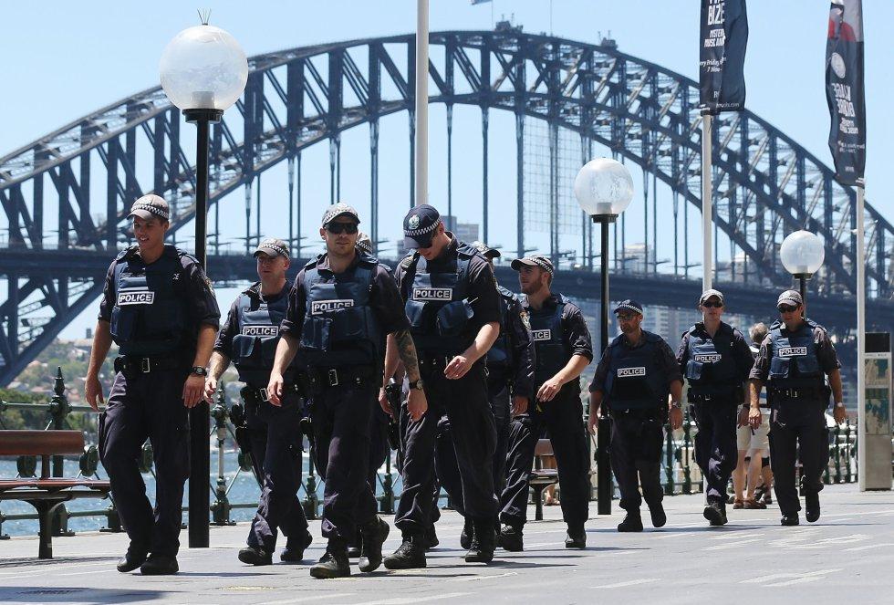 Policías armados patrullan la zona próxima al café donde un grupo de personas han sido secuestradas.