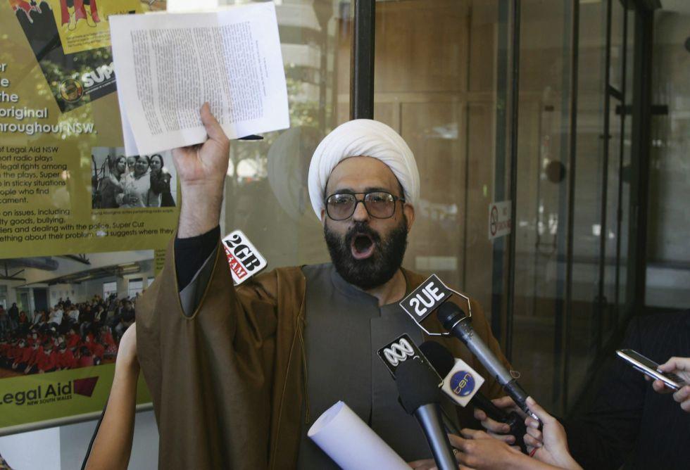 Fotografía facilitada que muestra al secuestrador llamado Man Haron Monis, mientras se dirigía a los medios de comunicación tras haber sido acusado de siete delitos por utilizar el servicio postal para amenazar a familias de soldados australianos en Sídney (Australia) en en el año 2010.