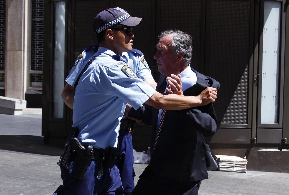 La policía retiene por seguridad a un hombre que intenta entrar en el interior de un edificio cercano a la zona del secuestro