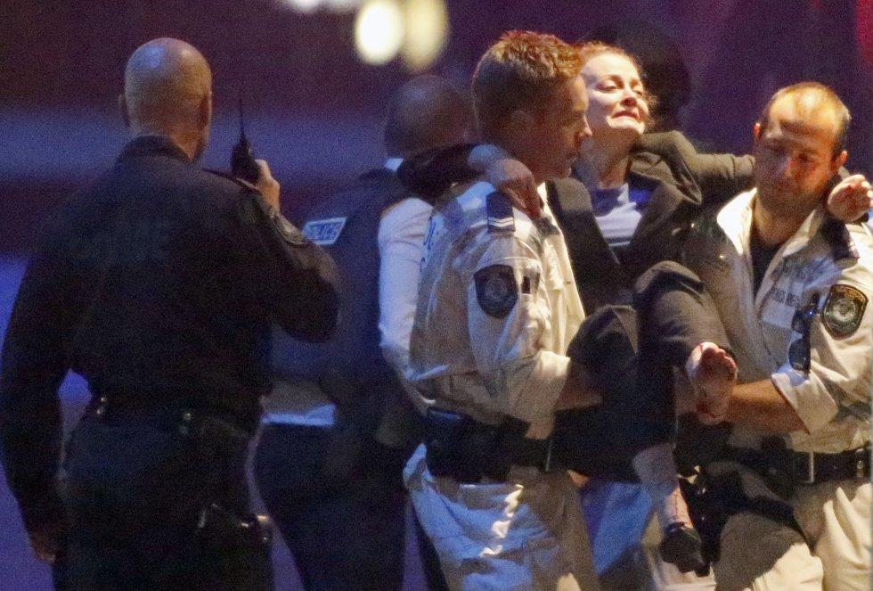 Una rehén herida es trasladada en brazos de la policía tras ser liberada del secuestro