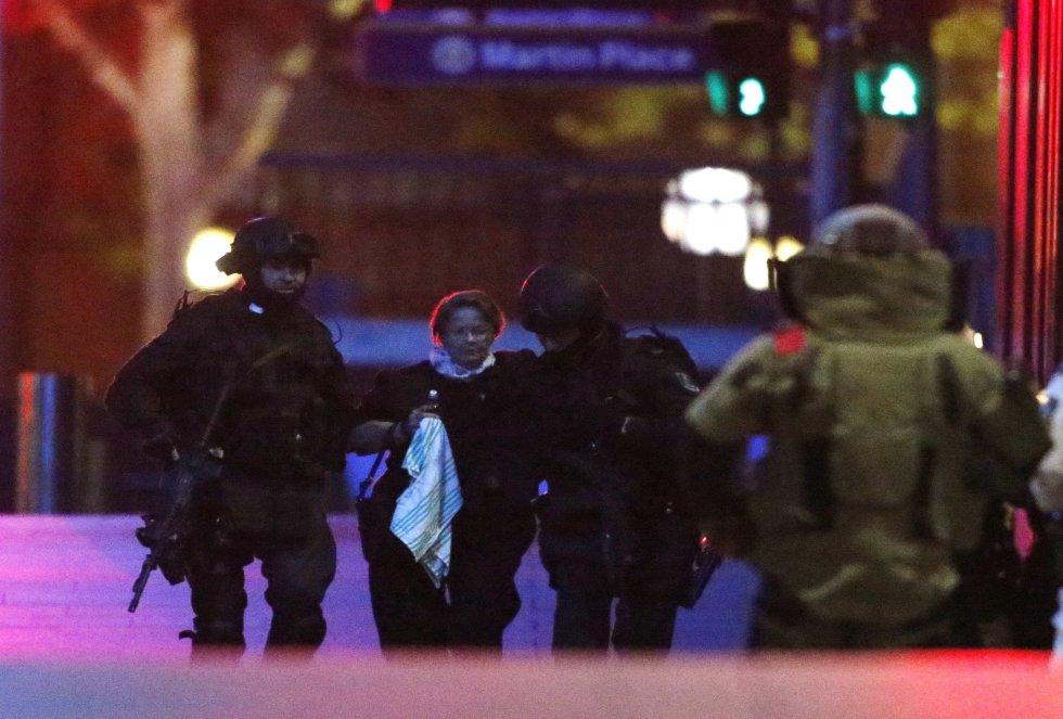 Los rehenes abandonan junto a la policía el lugar del secuestro