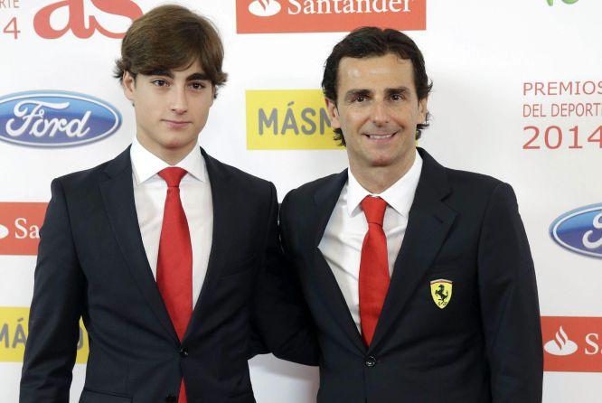 GRA460. MADRID, 15/12/2014.- El piloto de pruebas de Ferrari, Pedro Martínez de la Rosa (d), para los medios a su llegada a la gala de entrega de los Premios As del Deporte 2014 celebrada esta noche en un céntrico hotel de la capital. EFE/Zipi