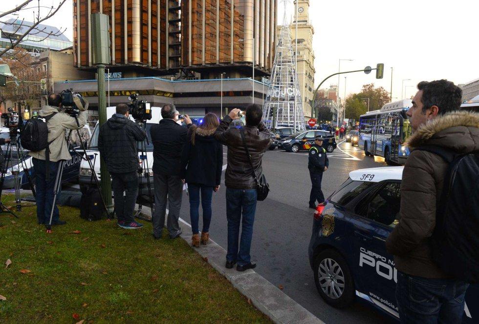 Periodistas y curiosos se concentran en los alrededores de la sede nacional del PP.