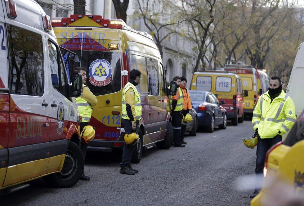 Varias ambulancias del SAMUR permanecen en los alrededores de la calle Génova.