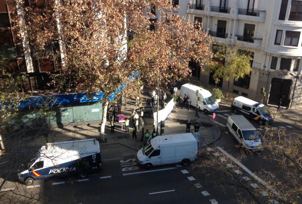 Estrellan un coche con dos bombonas de butano contra la sede nacional del PP
