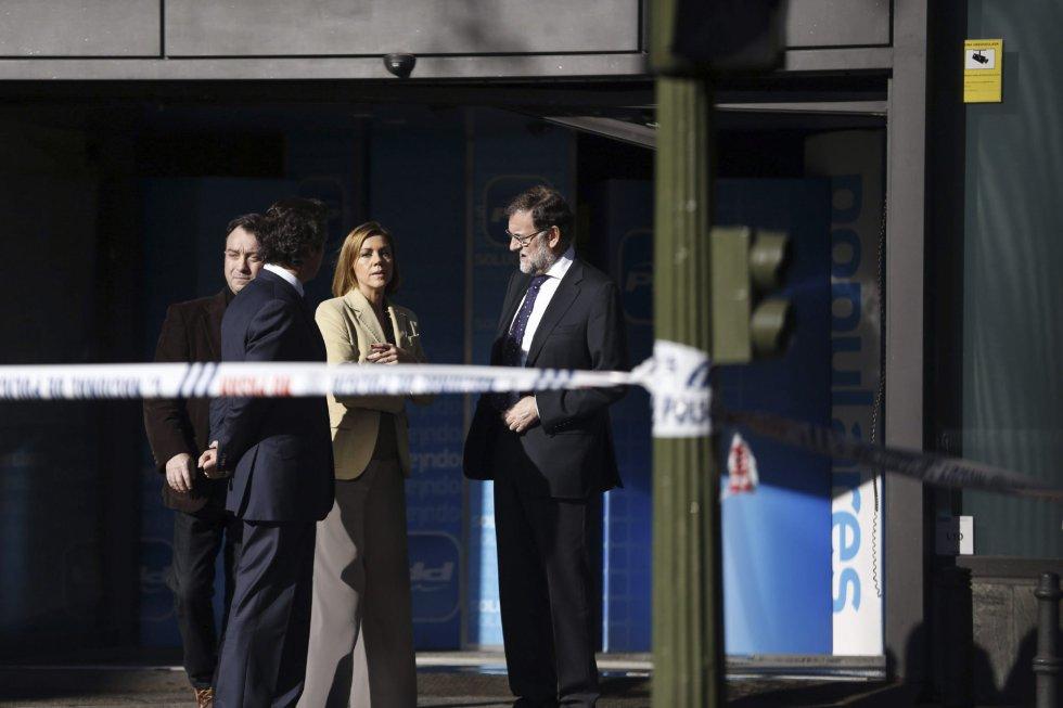 El presidente del Gobierno español Mariano Rajoy y la secretaria general del Partido Popular, María Dolores de Cospedal, en la sede del partido en Madrid