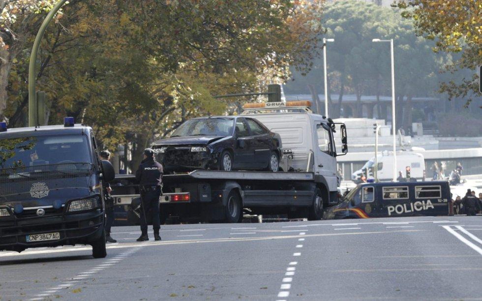 La grúa retirando el coche que provocó el incidente en la sede del PP en la calle Génova