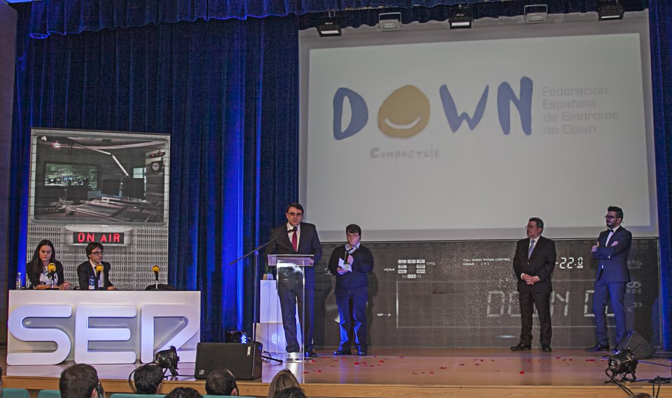 Juan Martínez y Elias Down Compostela, agradeciendo el premio