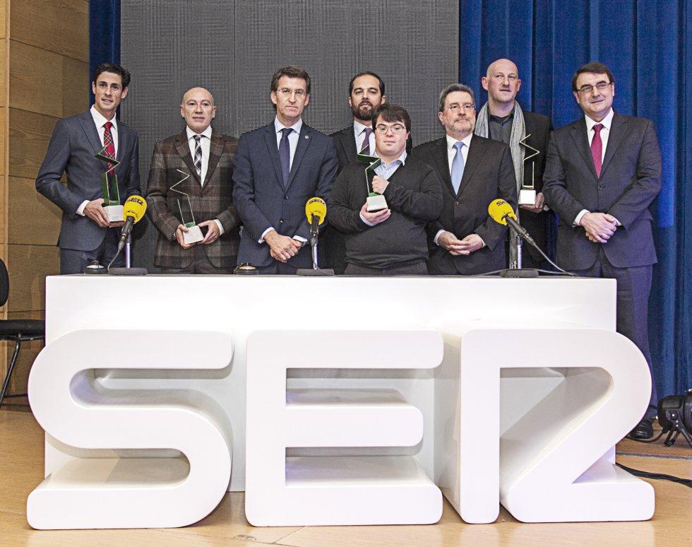 Los galardonados, con el presidente de la Xunta de Galicia