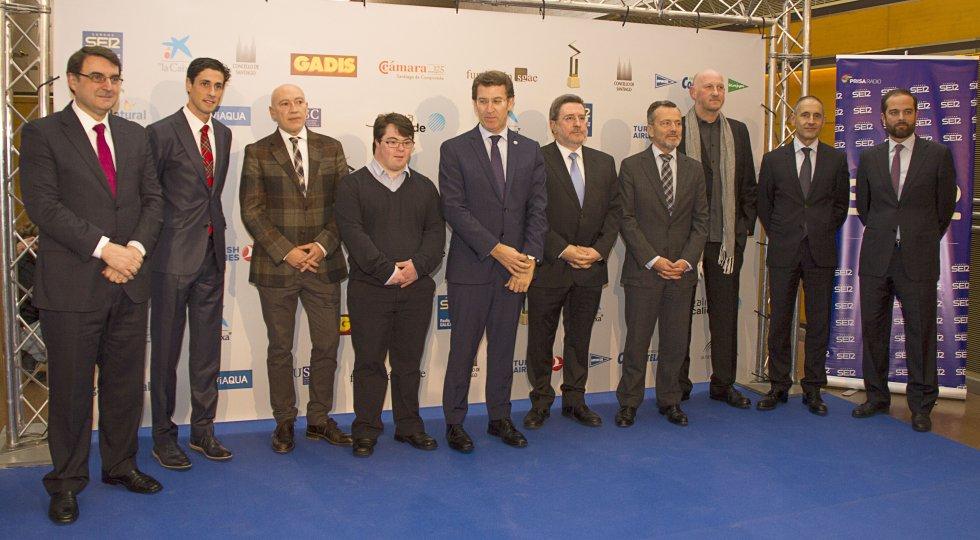 Los premiados, con el presidente de la Xunta de Galicia, el alcalde de Santiago y Jordi Jordá, director de SER Galicia