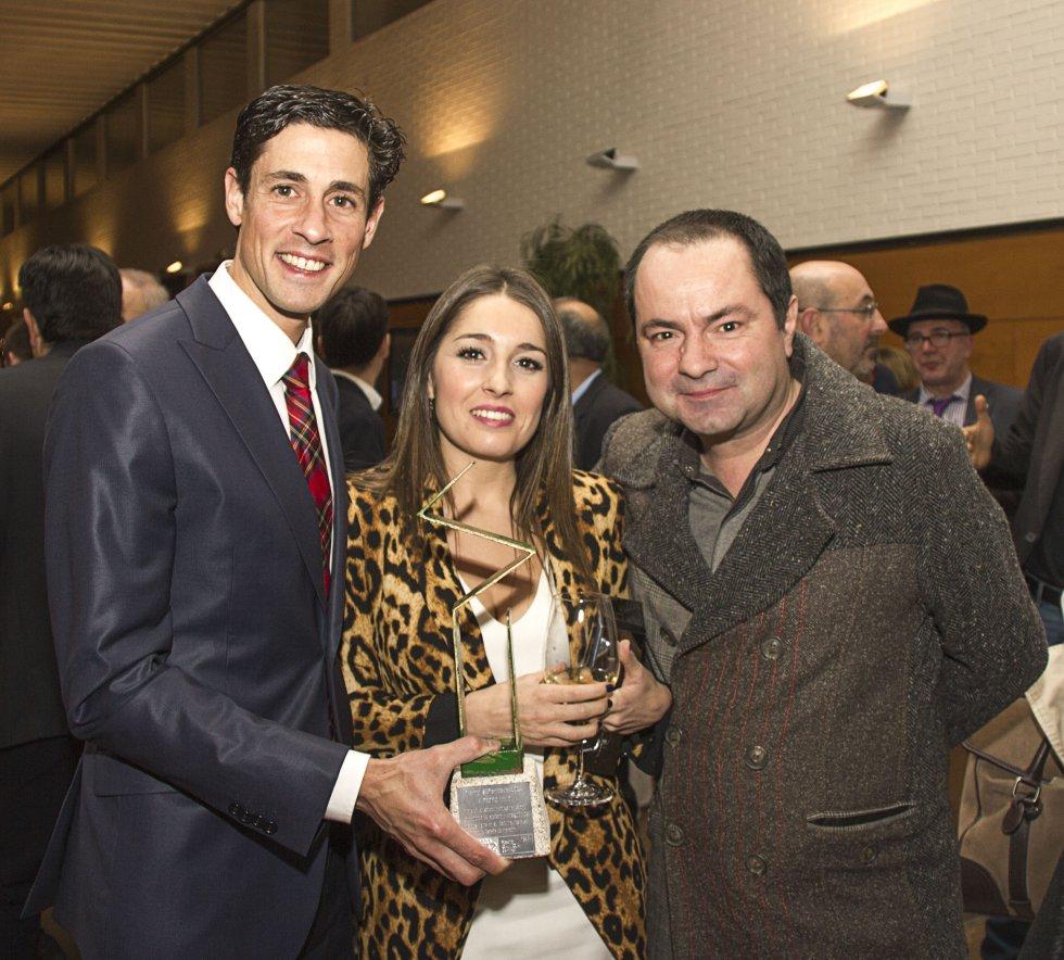 Pedro Nimo y su pareja, posando con Toño Bermúdez, de deportes de Radio Galicia