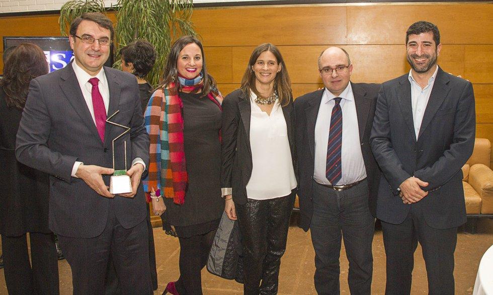 Juan Martínez, de la Fundación Down Compostela, mostrando el premio con Marta Álvarez-Santullano, Laura Vázquez, Paco Reyes y David Campos, representante de la Asociación de Empresarios de la comarca del Deza