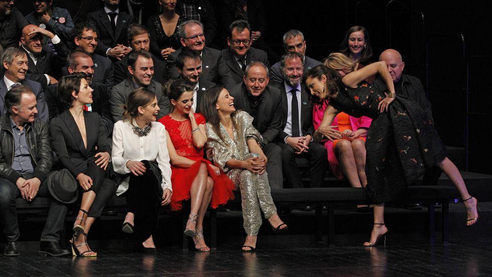 La actriz Toni Acosta bromea con Elena Anaya, que sufrió un tropiezo a su llegada a la fiesta de nominados de los XXIX Premios Goya