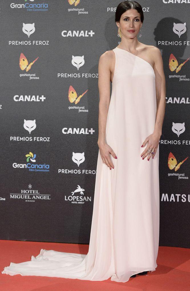 Nerea Barros, a su llegada al Gran Teatro Ruedo de Las Ventas, con un vestido blanco de inspiración griega