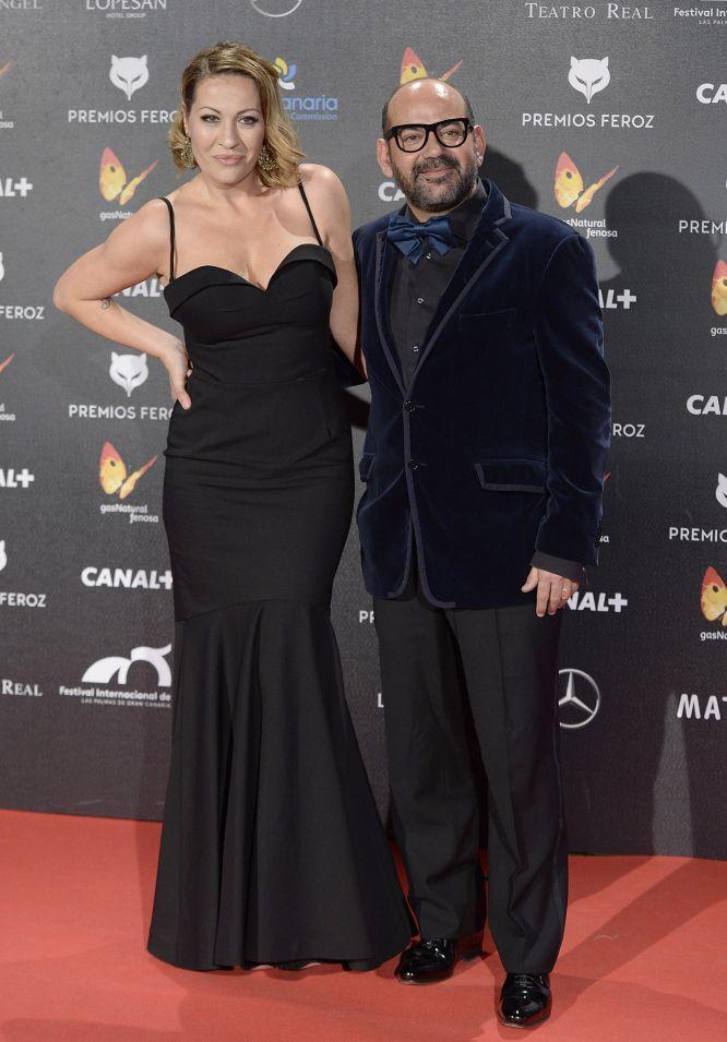 José Corbacho y su acompañante, a su llegada a los premios Feroz
