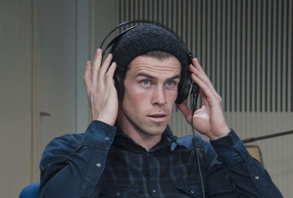 Bale se coloca los cascos para poder escuchar bien al intérprete que le traduce las preguntas