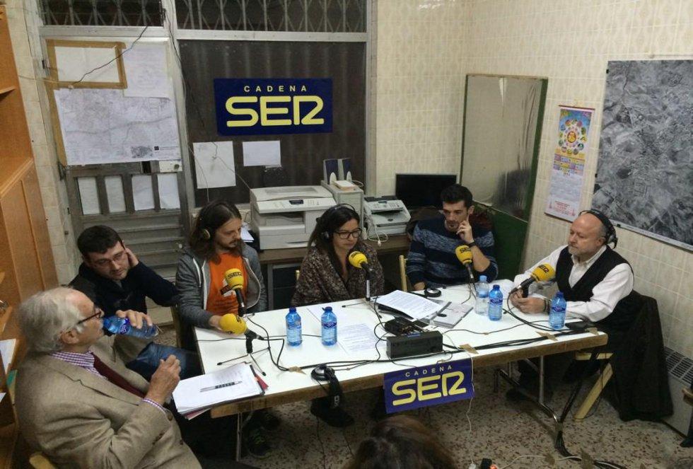 Ángels Barcelò con los invitados en la Asociación de Vecinos de Carabanchel Alto, a punto de empezar el programa.